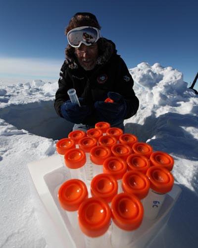 Juan Pablo tubos de ensayo. Expedición ACCIONA WindpoweredAntártica
