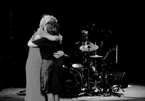 Concha siendo felicitada por Pilar Bardem. Fotografía por Rocío Pastor Eugenio. WOMANWORD