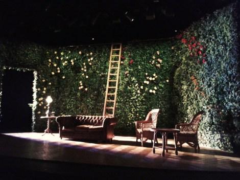 Escenario del Teatro Fernán Gómez de Madrid en La importancia de llamarse Ernesto. Fotografía de/ por Rocío Pastor Eugenio. WOMANWORD