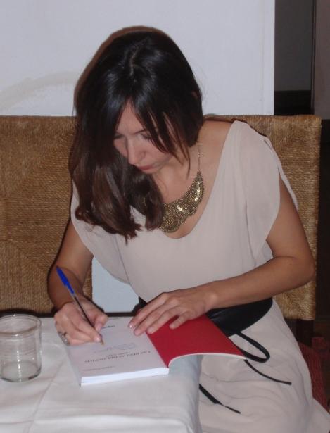 Isabel Garzo en la firma de su libro Las Reglas del Olvido. Editorial LoQueNoExiste