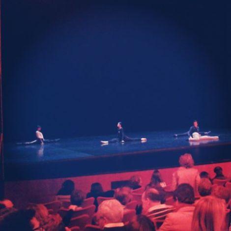 WOMANWORD EN INSTAGRAM @Woman_Word #bolero el último espectáculo de #victorullateballet en @teatroscanal #ballet #danza #baile @victor_ullate #madrid Antes de comenzar la función los #bailarines y #bailarinas estiran en el #escenario #flexibilidad #teatro #danza #flamenco #contemporaneo #clasico #elasticidad #equilibrio